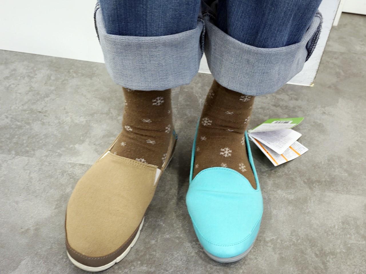 クロックスのキャンバス地のローファー新「stretch sole skimmer w(ストレッチ ソール スキマー ウィメン)」旧「stretch sole loafer w(ストレッチ ソール ローファー ウィメン)」履き比べ
