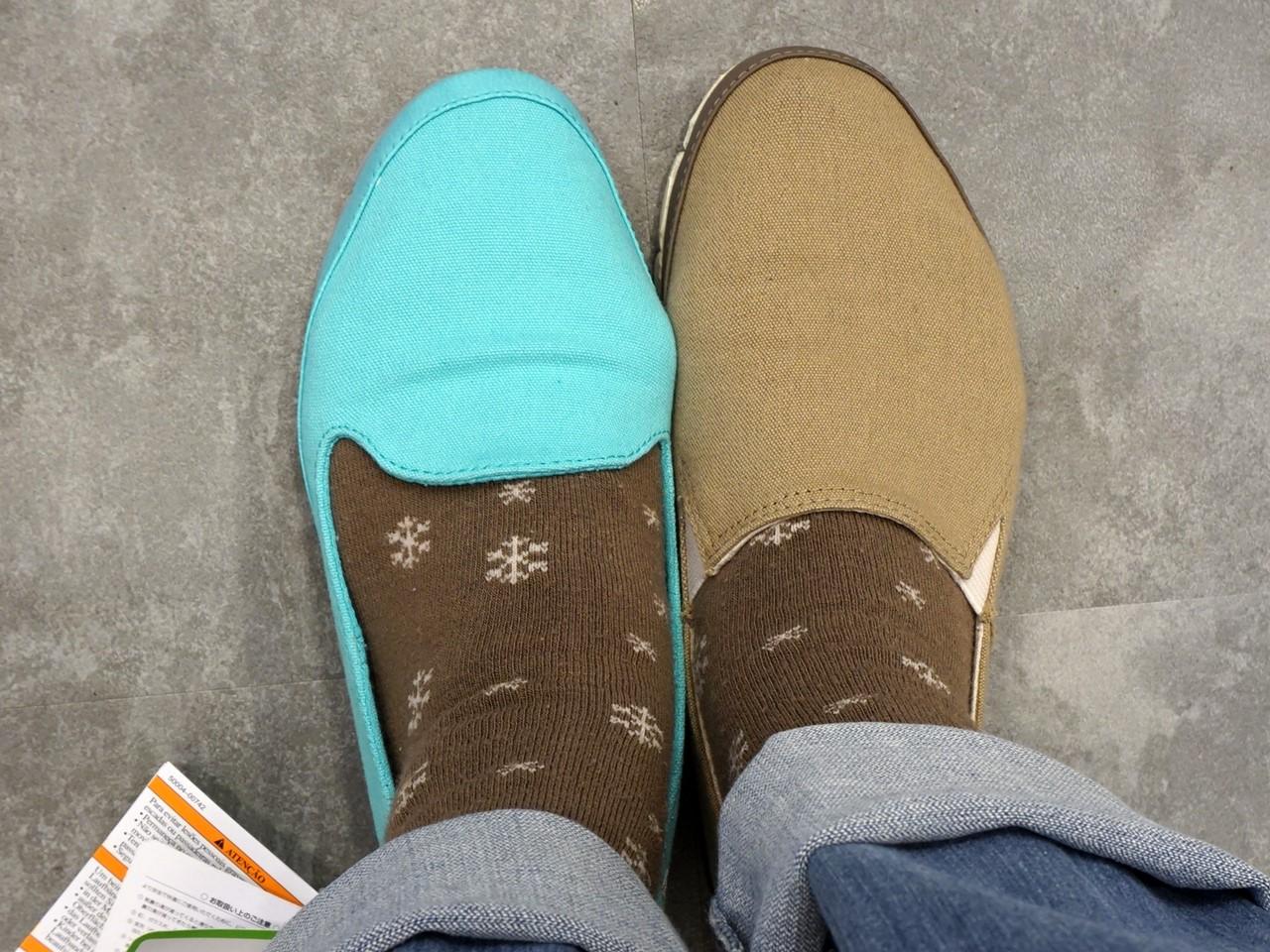 クロックスのキャンバス地のローファー新「stretch sole skimmer w ストレッチ ソール スキマー ウィメン」旧「stretch sole loafer w(ストレッチ ソール ローファー ウィメン)」履き比べ 上から見た図