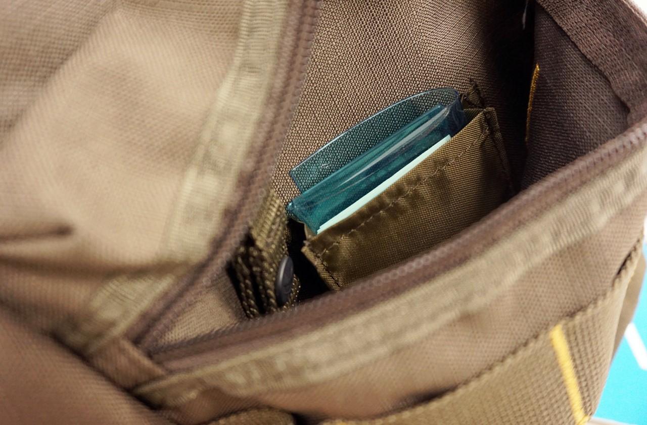 【エディ・バウアー】スリングバッグのフロントのジッパー付ポケット
