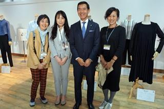 オムニファッションブランド「Kcarat」新店舗オープニングイベントでの記念写真