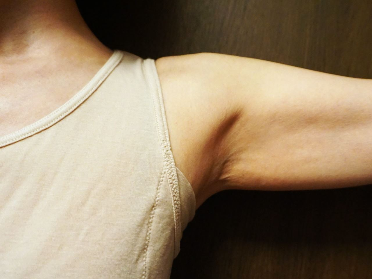 【セシール】スマートドライ汗取りパッド付きノースリーブ(さらっと気持ちいい綿100%シリーズ)を着た腋の下