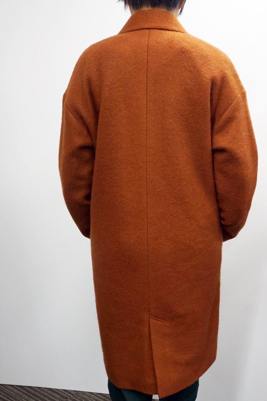 IEDIT 通勤コートの新定番! 中わたキルティング裏地付きのふんわり軽いチェスターコート〈ベイクドメープル〉