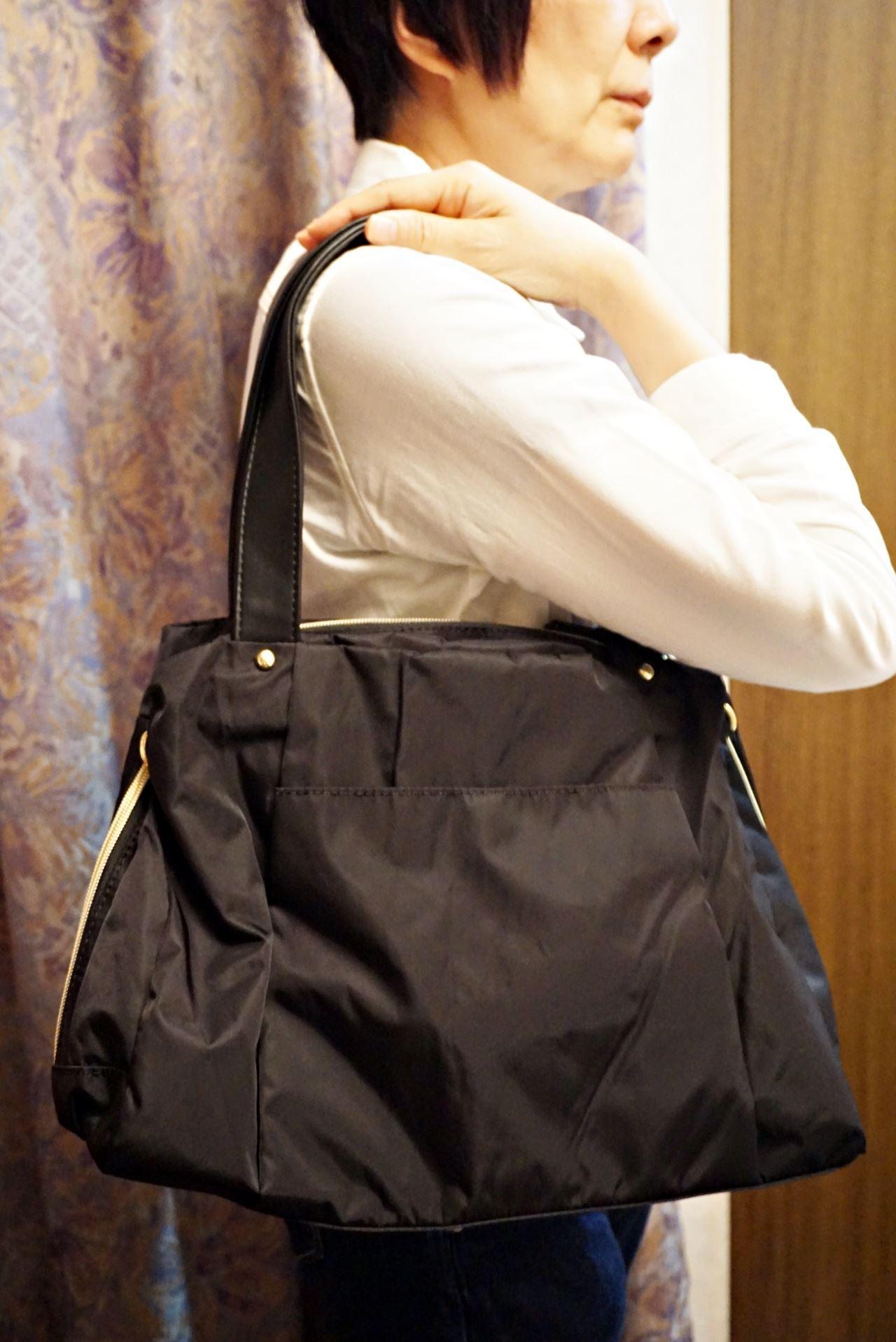 大きく開いて中が見やすい 軽やかきれいな大人ナイロンボストンバッグ〈ブラック〉