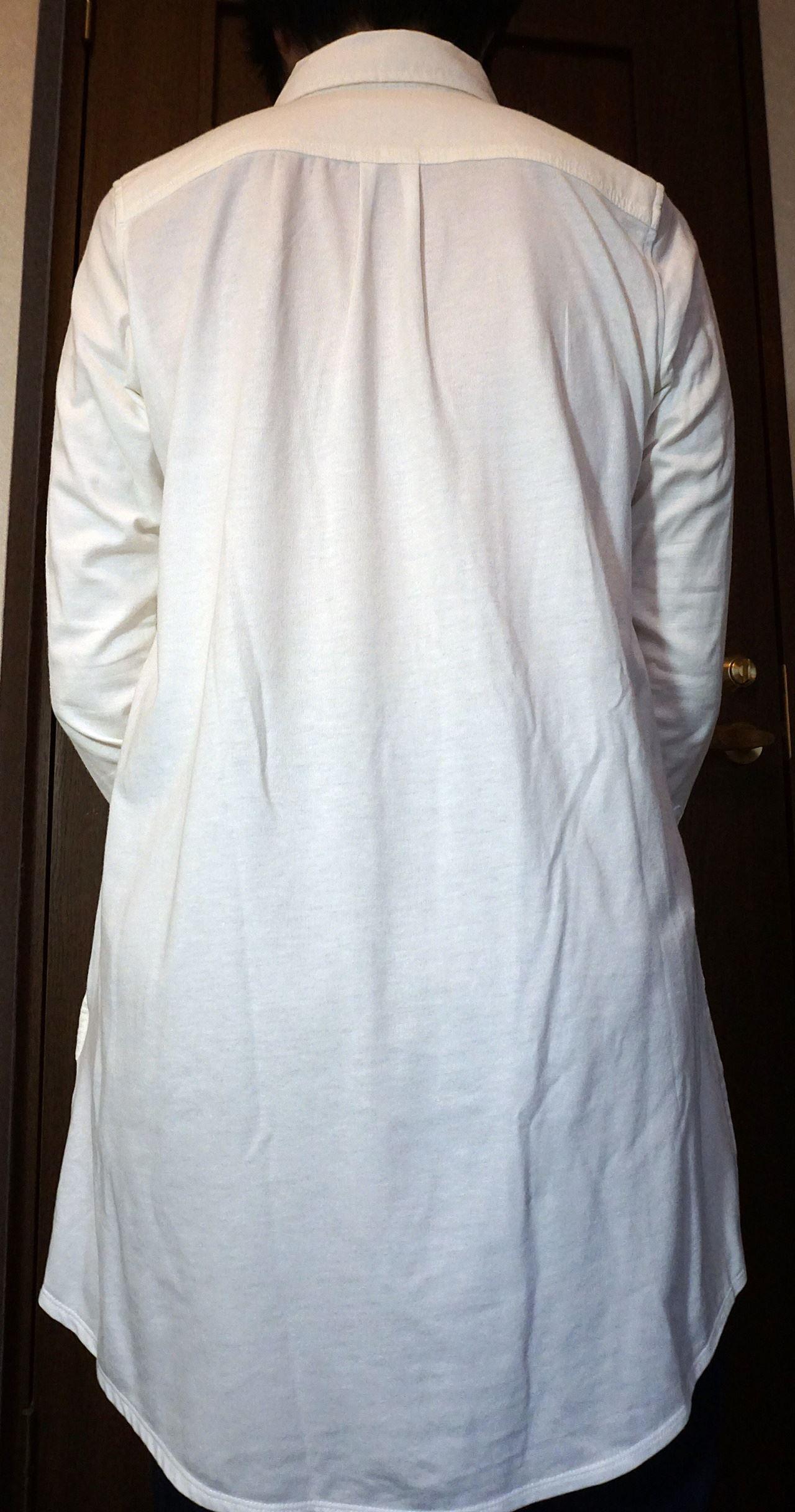 フェリシモ リブ イン コンフォート ストレッチガーゼxカットソーの長め丈シャツチュニック〈ホワイト〉の背中