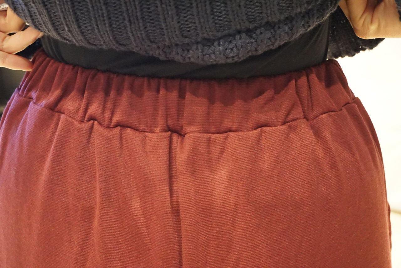【ベルーナ】裏起毛ロングフレアガウチョパンツのウエストの後ろ部分