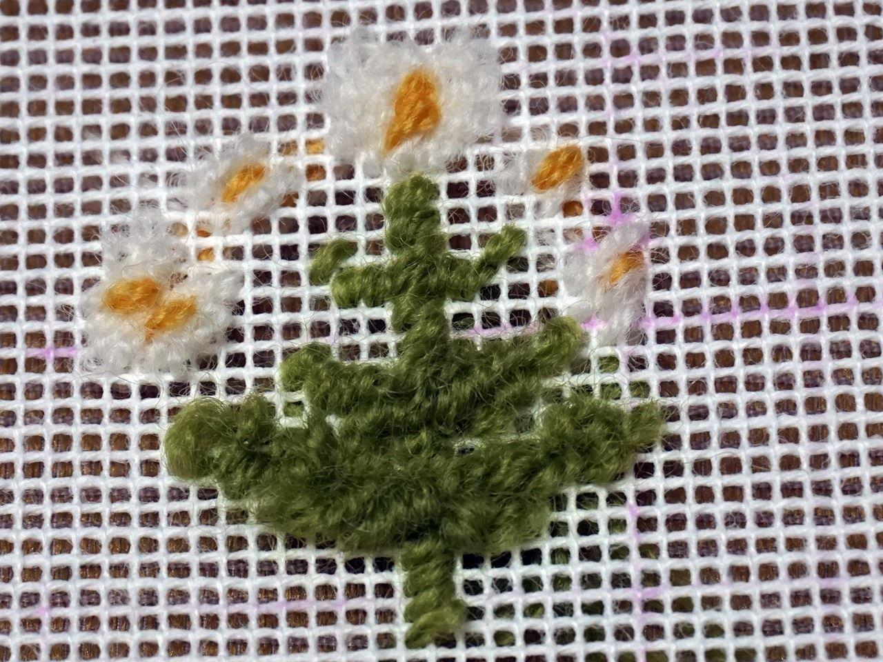 【フェリシモ】「北欧の花と実を描く テキスタイルみたいなニードルポイントポーチの会」のナノハナを刺したところ