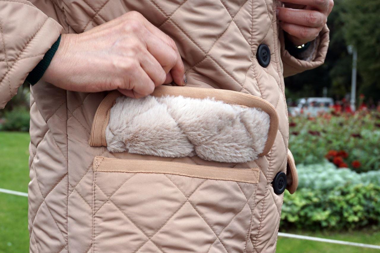 【OMNES】裏ファー高密度ナイロンキルティングコートのフードのポケットのフタの裏側
