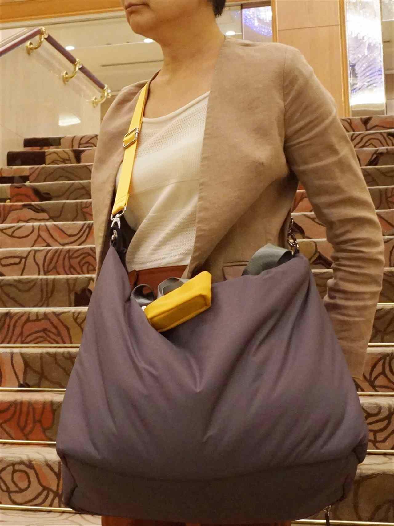 「ことりっぷとコラボ 軽量大きめトートバッグ」を斜め掛け